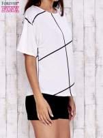 Ecru t-shirt z geometrycznym motywem