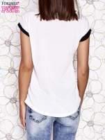 Ecru t-shirt z nadrukiem dziewczyny i dżetami                                  zdj.                                  2