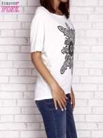 Ecru t-shirt z rękawami typu nietoperz i nadrukiem                                  zdj.                                  3