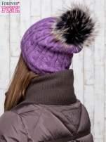 Fioletowa czapka z warkoczowym splotem i futrzanym pomponem