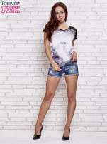 Fioletowy t-shirt w panterkę z koronkowymi rękawami                                  zdj.                                  4