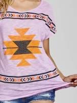Fioletowy t-shirt we wzory azteckie z dżetami                                                                          zdj.                                                                         5