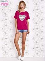 Fuksjowy t-shirt z napisem JE T'AIME i dekoltem na plecach                                  zdj.                                  2