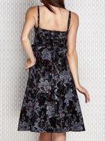 Grafitowa sukienka koktajlowa z kwiatowym motywem                                  zdj.                                  2