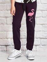 Grafitowe spodnie dresowe dla dziewczynki z flamingiem                                  zdj.                                  1