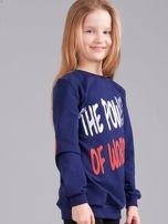 Granatowa bluza dziewczęca z nadrukiem i aplikacją                                  zdj.                                  3