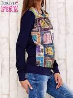 Granatowa bluza z graficznym nadrukiem                                  zdj.                                  3