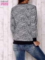 Granatowa bluza z literowym nadrukiem                                  zdj.                                  4