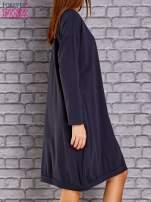 Granatowa dresowa sukienka oversize z kieszeniami                                  zdj.                                  3