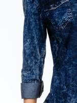 Granatowa koszula acid wash z podwijanymi rękawami                                  zdj.                                  5