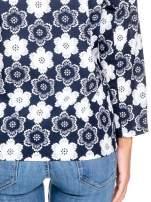 Granatowa koszulonarzutka we wzór w kwiaty                                  zdj.                                  8