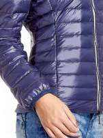 Granatowa lekka kurtka puchowa z kontrastowym zamkiem                                  zdj.                                  5