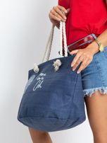 Granatowa pleciona torba z nadrukiem                                  zdj.                                  3