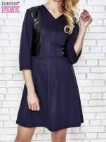 Granatowa rozkloszowana sukienka ze skórzanymi modułami