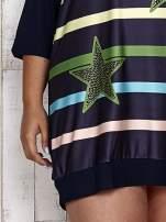 Granatowa sukienka dresowa z nadrukiem gwiazd PLUS SIZE                                  zdj.                                  5