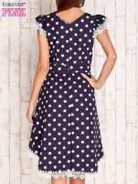 Granatowa sukienka w grochy z koronkowym wykończeniem                                  zdj.                                  4