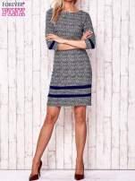 Granatowa sukienka z graficznym nadrukiem i materiałowymi wstawkami                                  zdj.                                  2