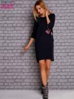 Granatowa sukienka z naszywkami                                  zdj.                                  2