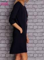 Granatowa sukienka z naszywkami                                  zdj.                                  3