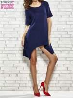 Granatowa sukienka z wydłużanymi bokami