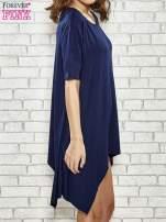 Granatowa sukienka z wydłużanymi bokami                                  zdj.                                  3
