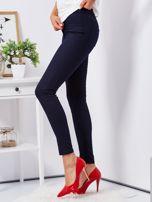 Granatowe dopasowane spodnie high waist                                  zdj.                                  3