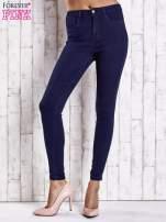 Granatowe jeansowe spodnie skinny jeans z kieszeniami                                  zdj.                                  1