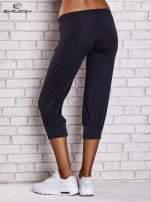 Granatowe spodnie capri z wszytą kieszonką                                                                          zdj.                                                                         3