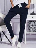 Granatowe spodnie dresowe z kolorowymi lampasami                                  zdj.                                  1