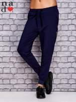 Granatowe spodnie dresowe z zasuwaną kieszonką                                  zdj.                                  1