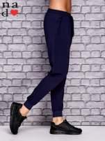 Granatowe spodnie dresowe z zasuwaną kieszonką                                  zdj.                                  2