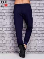 Granatowe spodnie dresowe z zasuwaną kieszonką                                  zdj.                                  3