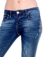 Granatowe spodnie skinny jeans z haftem                                                                          zdj.                                                                         7