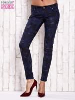 Granatowe spodnie skinny z motywem moro                                  zdj.                                  1