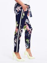 Granatowe spodnie w kwiaty z lampasami                                  zdj.                                  1