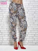Granatowe zwiewne spodnie alladynki we wzór kwiatowy
