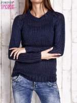 Granatowy dzianinowy sweter o szerokim splocie                                                                          zdj.                                                                         1