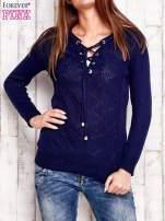 Granatowy dzianinowy sweter z wiązaniem                                  zdj.                                  1
