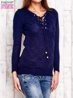 Granatowy dzianinowy sweter z wiązaniem                                  zdj.                                  2