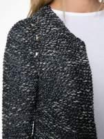 Granatowy dzianinowy żakiet z dżetami i suwakami