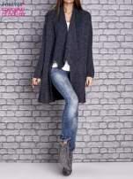Granatowy melanżowy sweter z kaskadowym dekoltem                                  zdj.                                  2
