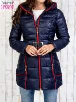Granatowy płaszcz z paskiem i kolorowymi suwakami                                                                          zdj.                                                                         1