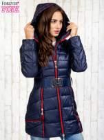 Granatowy płaszcz z paskiem i kolorowymi suwakami                                  zdj.                                  5