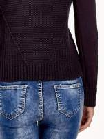 Granatowy sweter z dwustronnym dekoltem w serek                                  zdj.                                  7