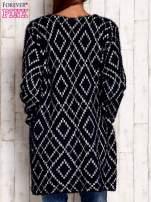 Granatowy sweter z geometrycznymi motywami                                  zdj.                                  4