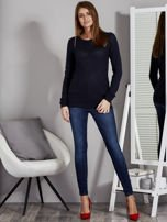 Granatowy sweter z plecionym splotem                                   zdj.                                  4