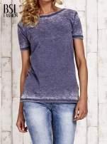 Granatowy t-shirt efekt acid wash