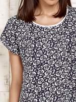 Granatowy t-shirt w kwiatuszki                                  zdj.                                  5