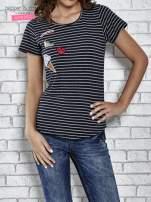 Granatowy t-shirt w paski z naszywkami                                  zdj.                                  1