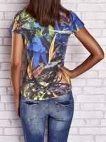 Granatowy t-shirt z egzotycznym motywem roślinnym                                  zdj.                                  2